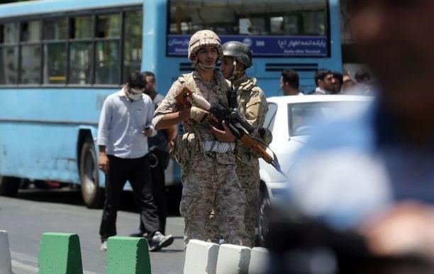 Iranin armeijan sotilaat partioivat lähellä parlamenttia Teheranissa.