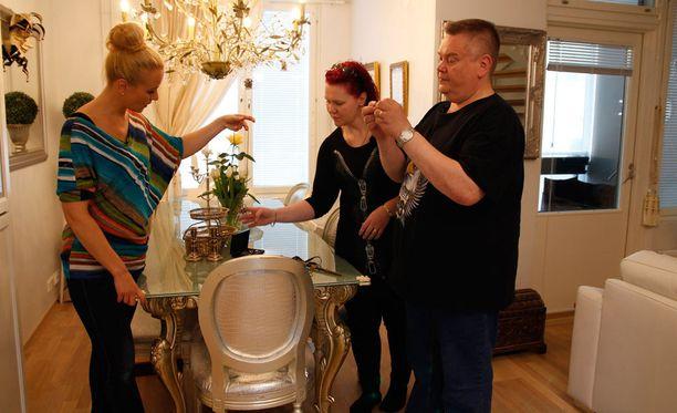 Noora Karma esitteli Aki ja Heli Palsanmäelle perintökorujaan.