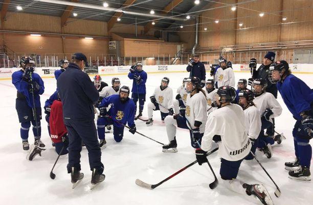 Naisten maajoukkue harjoitteli päävalmentaja Pasi Mustosen johdolla Eksjön askeettisessa jäähallissa.