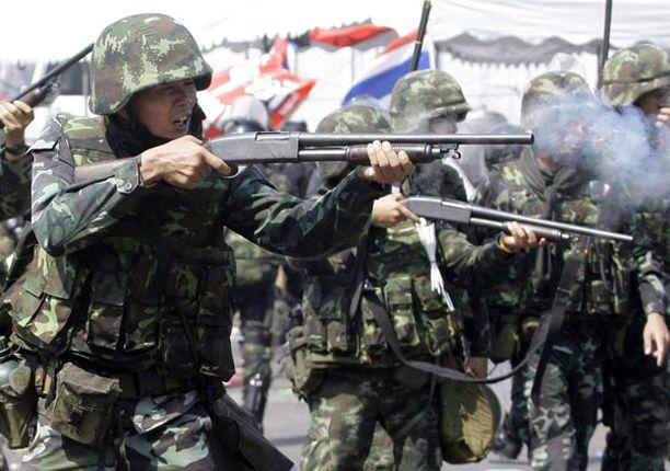 Armeija yritti pitää mielenosoittajia kurissa ampumalla heitä kumiluodeilla.