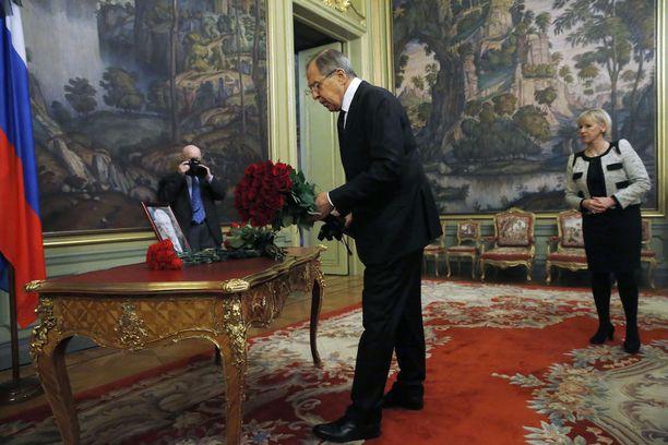 Venäjän ulkoministeri Sergei Lavrov laski kukkakimpun YK-lähettiläs Vitali Tshurkinin kuvan vierelle Moskovassa.