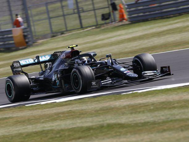 Mercedeksen Valtteri Bottas ajoi paalulle viime kisassa Silverstonessa.