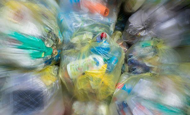Komissio aikoo myös käynnistää EU:n laajuisen kampanjan, jossa julkiset ja yksityiset toimijat sitoutuisivat käyttämään kierrätettyä muovia tuotteissaan.