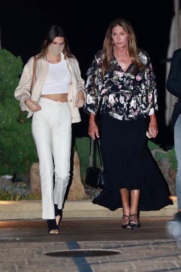 Kendall illallisti Caitlyn Jennerin kanssa valkoisiin housuihin, toppiin ja kermanvaaleaan shacket-jakkuun pukeutuneena.