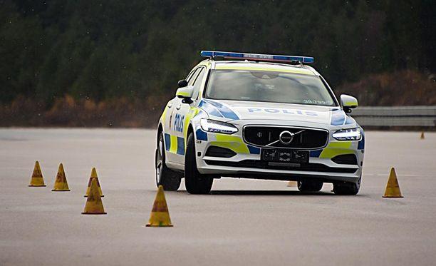 Ennen partiokäyttöön hyväksymistä auto käy läpi tiukat testit.