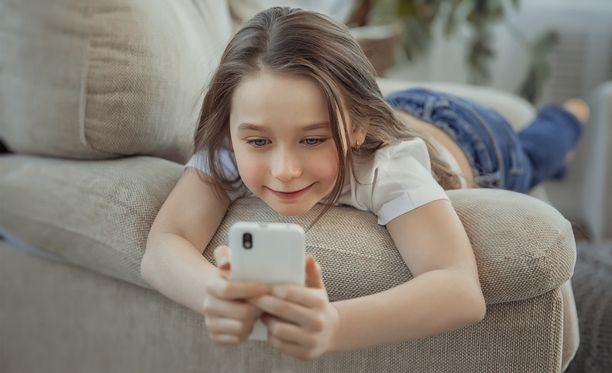 Lapsen kanssa kannattaa käydä myös puhelinta koskevat pelisäännöt läpi.