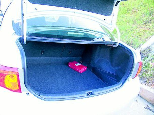 BOKSI Perinteinen sedanin tavaratila on asiallisen kokoinen, vaikka saranat syövät käytännön hyötytilaa.