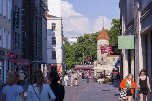 Korona on tehnyt puhdasta jälkeä Tallinnan turistialueella eli vanhassa kaupungissa. Ravintoloiden ja baarien asiakaskato on pannut ne pudottamaan hintojaan rajulla tavalla.