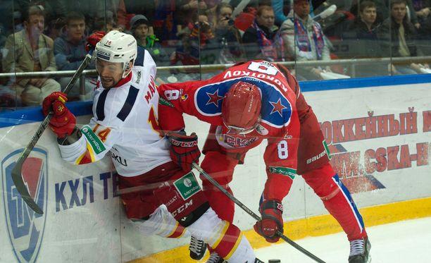 Moskovan ZSKA ja KHL:n tuomaritoiminta taklasivat Tomi Mäkeä ja Jokereita viime kevään pudotuspeleissä.