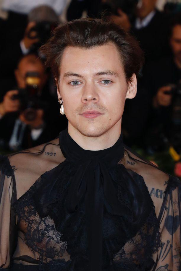 Harry Stylesin kaksoisolento työskentelee Starbucksissa.