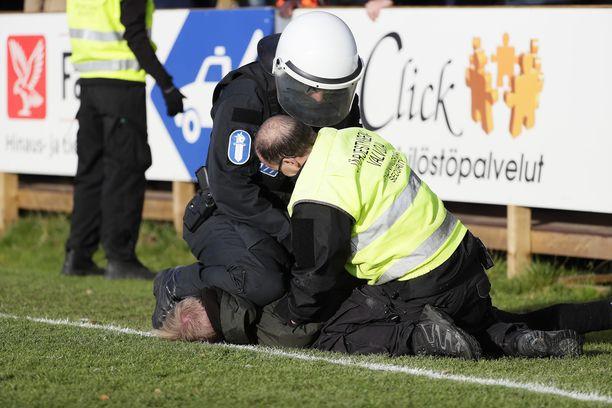 Poliisi taltutti pahimmat häiriköt.