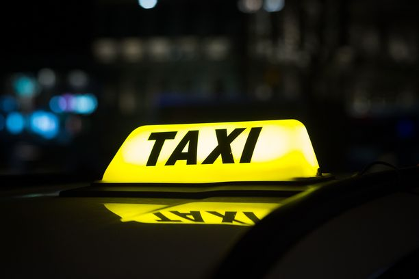 Taksimatkan aikana ei saa jatkossakaan tilata kuljettajalta alkoholia.