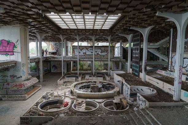 Haludovo Palace Hotelin aula toukokuussa. Pyöreiden sohvaryhmien muoto erottuu vielä selvästi.