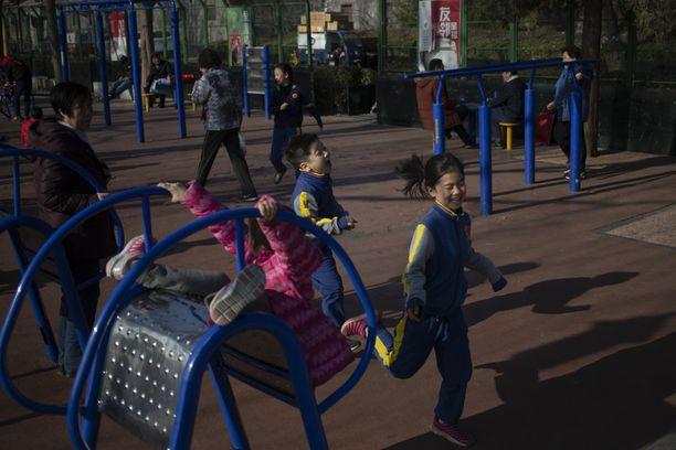 Kiinalaislapset kirmaamassa pekingiläisessä leikkipuistossa.