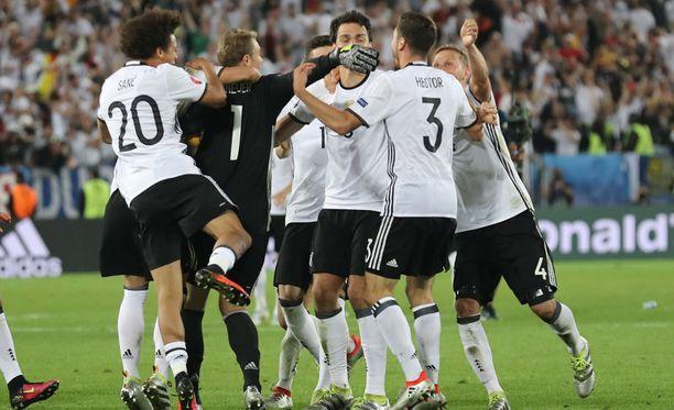 Saksa juhlii välieräpaikkaansa Italia-voiton jälkeen.