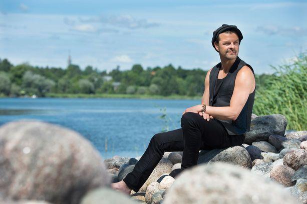 Tuure Kilpeläinen tunnetaan suosittuna iskelmämuusikkona.Hän keikkailee Kaihon Karavaani -yhtyeen kanssa.