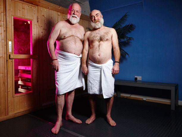 Saunan asiakaskunta koostuu yhtälailla poliitikoista kuin putkimiehistäkin. Robin ja Andy tapasivat homosaunassa kuusi vuotta sitten ja ovat nyt naimisissa.