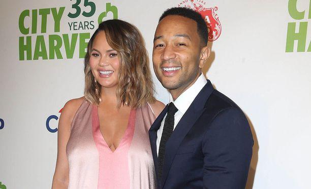 Raskaana ollut Chrissy Teigen edusti aviomiehensää, laulaja John Legendin kanssa New Yorkissa huhtikuun lopulla.