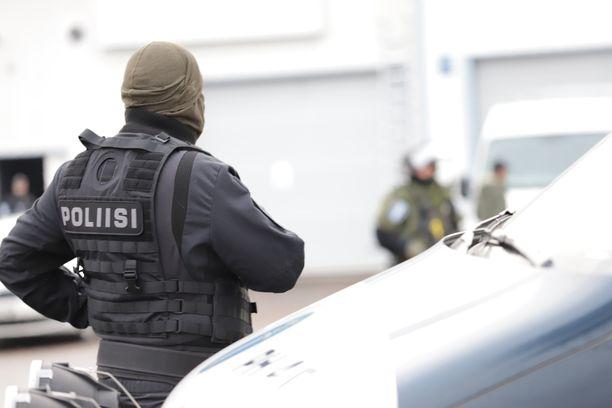 Poliisi on tehnyt etsintöjä moottoripyöräkerhojen tiloihin ja löytänyt muun muassa huumausaineita ja aseita.