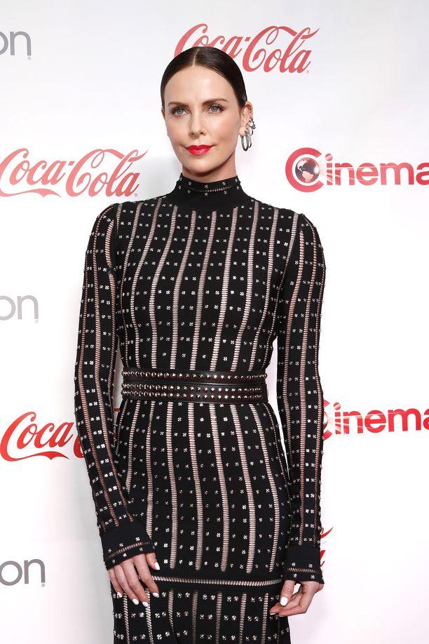 Charlize Theron edusti tyylikkäänä CinemaCon Big Screen Achievement Awards -tapahtumassa viime viikolla.