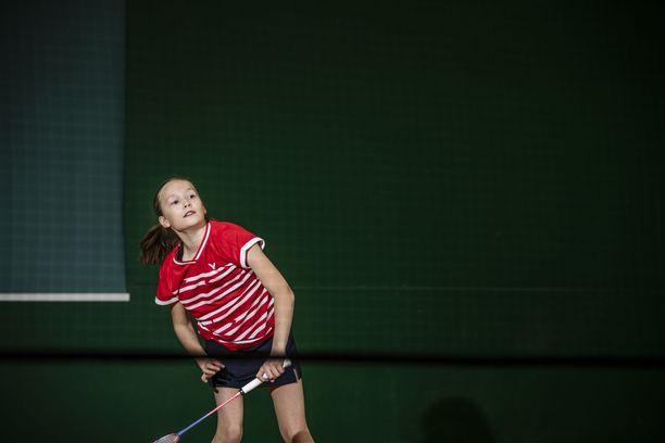 Sulkapallon huippulahjakkuus Nella Nyqvist, 12, ei antanut toimittajalle minkäänlaisia mahdollisuuksia.