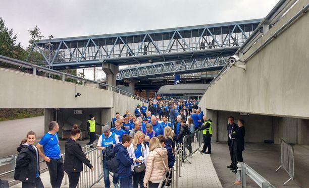Fanit pääsivät junaan kätevästi, sillä laituri oli vain parin minuutin kävelymatkan päässä koripallo-ottelusta.