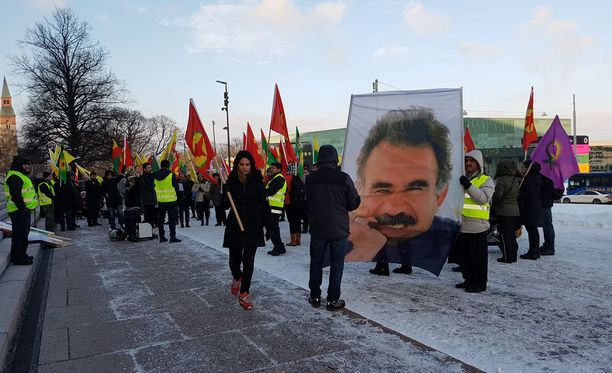 Mielenosoitus eduskuntatalon edustalla.