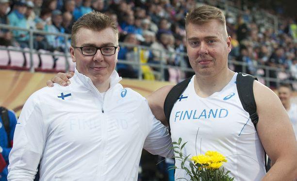 Aaron Kangas (vas.) voitti Ruotsi-ottelussa moukarin, Arttu Kangas kuulan.