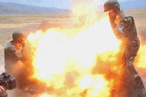 Afganistanin armeijan kuvaajaharjoittelijan kuva räjähdyksestä.