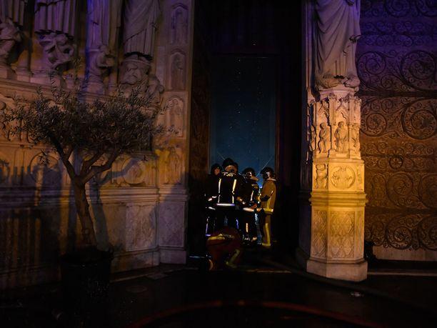 Pelastustyöntekijät onnistuivat pelastamaan osan Notre Damen katedraalissa säilytetyistä taideteoksista ja kulttuurisesti merkittävistä esineistä.