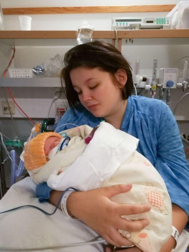Vastoin odotuksia Ronja sai vastasyntyneen poikansa syliinsä. Sydänleikkausta ei tarvittu.