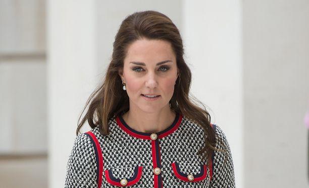 Herttuatar Catherine tuskin itse arvasi, mitä hänen polvessaan nähtiin.