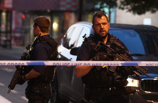 Aseistautuneet poliisit valvoivat tapahtumapaikkaa aamulla.