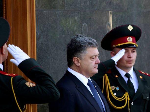 Presidentti Petro Poroshenko sanoo, ettei hän luota presidentti Vladimir Putiniin. Ja silti tämän kanssa on neuvoteltava.