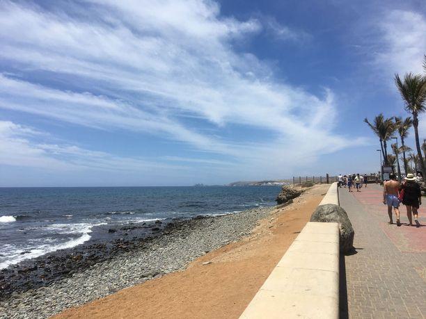 Pitkä rantapromenadi ja aava meri. Tuulen ansiosta lämpötila ei nouse liian kuumaksi mukavaa kävelyretkeä varten.
