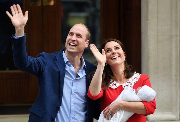 Prinssi Louis Arhur Charles saa virallisen kasteensa tänään maanantaina. Prinssi William ja herttuatar Catherine esittelivät pikkunyytin maailmalle syntymän jälkeen.