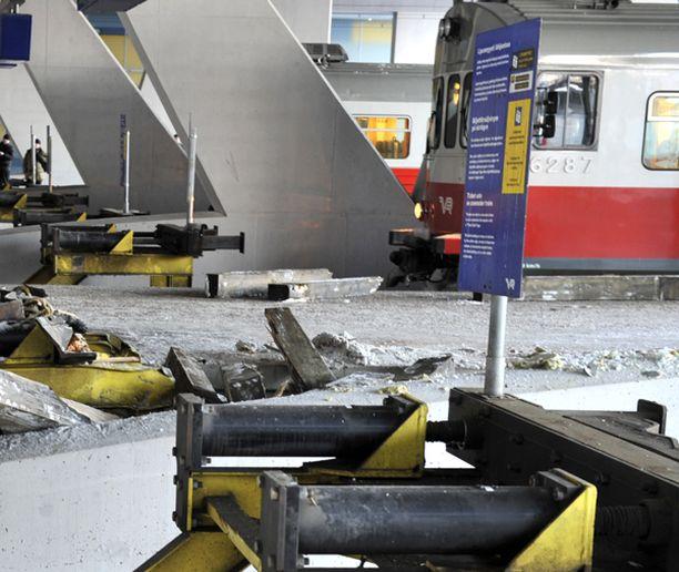 Kaksi raidetta on yhä poissa käytössä hotelliin törmänneiden vaunujen jäljiltä.