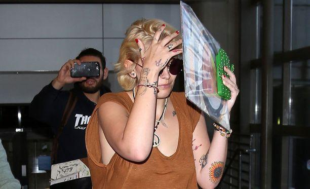 Paris Jackson piilotteli tänään lentokentällä toimittajilta ja paparazzeilta The Rolling Stone -lehden kohuhaastattelun jälkeen.