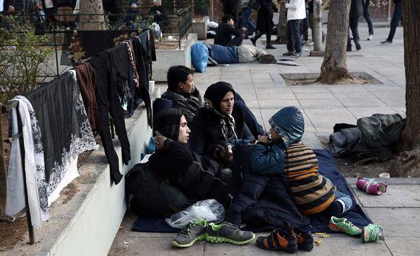 Afganistanilaisia pakolaisia kerääntyi Victorian metroasemalle Ateenassa eilen tiistaina.