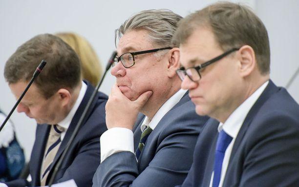 """Perussuomalaisten puheenjohtaja, ulkoministeri Timo Soini haluaa """"herrojen huvikuunarit ja juppikootterit"""" verolle. Valtiovarainministeri Petteri Orpo katsoo, että vene- ja moottoripyörävero kuuluvat samaan pakettiin."""