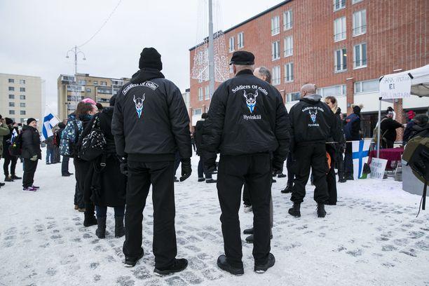 Soldiers of Odinin tunnuksessa on kasvonsa peittävä viikinkihahmo.