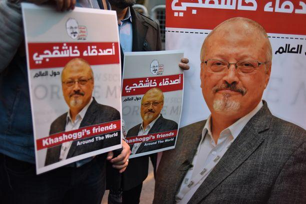 Ihmiset osoittivat mieltään Saudi-Arabian Istanbulin konsulaatin edessä toimittaja Jamal Khashoggin murhan vuoksi.