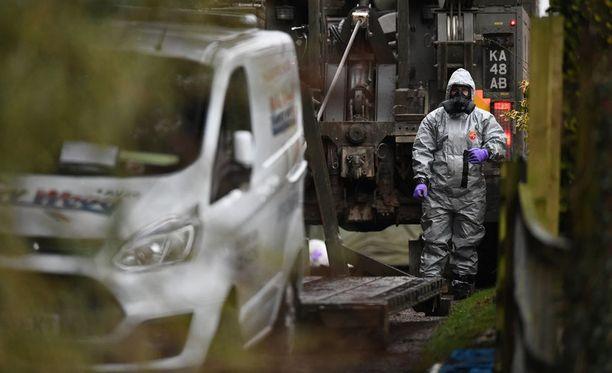 Sergei Skripal taistelee tyttärensä Julian kanssa sairaalassa hengestään novitshok-hermomyrkyn vuoksi. Tapaus sattui maaliskuun alussa Isossa-Britanniassa.