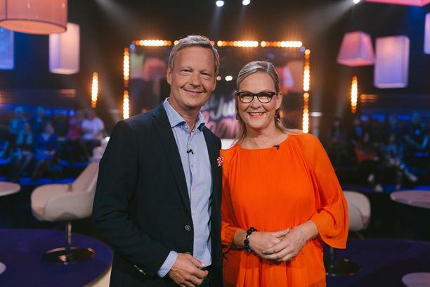 Kansanedustaja Eva Biaudet ja Thomas Forsström paljastavat parisuhteestaan puolen jos toisenkin hyväntuulisen tuntemisleikin tuoleilla.