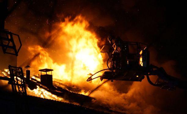 Omakotitalon palo levisi poikkeuksellisen nopeasti. Kuvituskuva.