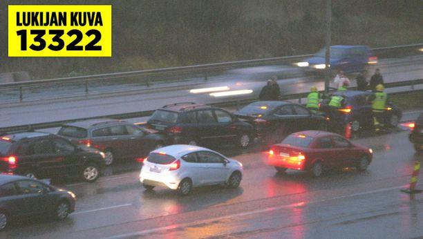 Ketjukolari ruuhkautti liikennettä Turunväylällä.