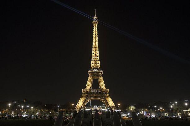 Eiffelin tornin turvallisuutta parannetaan luodinkestävillä aidoilla.