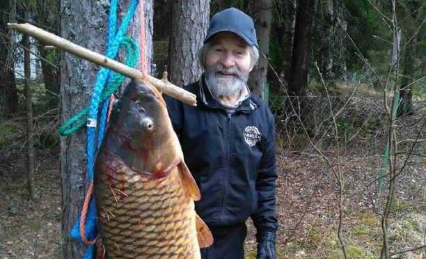 Hannes Tuovisella, 94, oli hymy herkässä, kun pääsi poseeraamaan 14 kilon karpin kanssa.