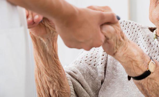 Monessa hoivakodissa iäkkäät jäivät ilman riittävää palvelua, koska hoitajia ei ollut riittävästi. Kuvituskuva.