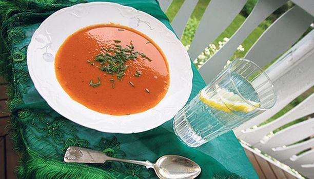 Paahdettu tomaattikeitto maistuu myös kylmänä.